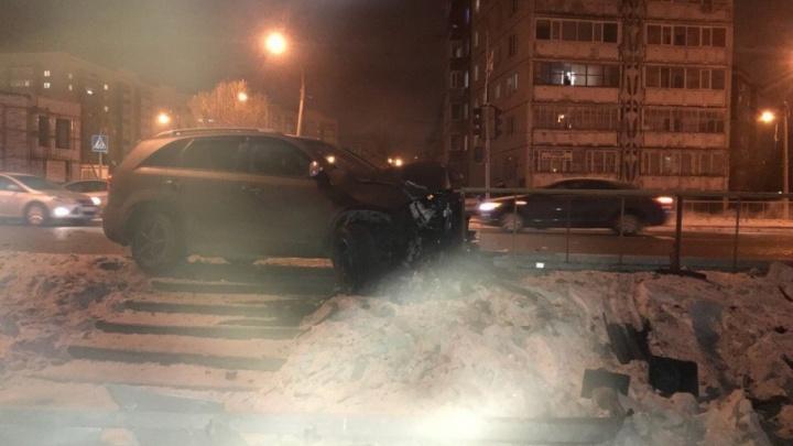 Пострадала пенсионерка: на Самарцева в иномарку, пропускающую пешехода, врезался Ford
