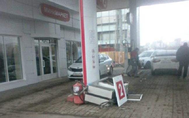 В донской столице разыскивают водителя иномарки, вырвавшего колонку на автозаправке