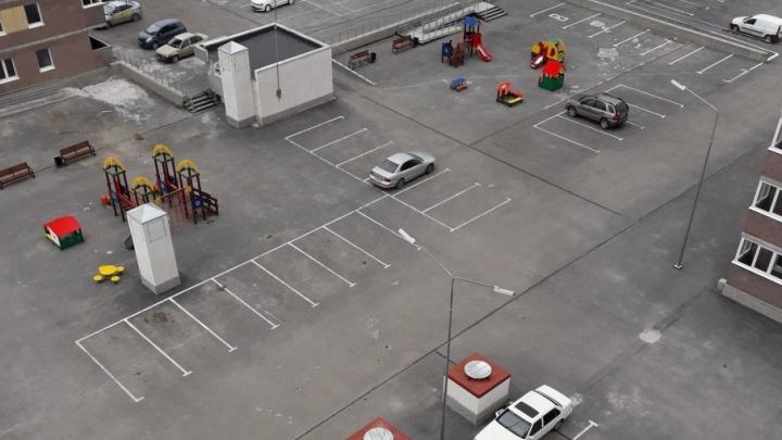 Суровое тюменское детство: горки и качели в новом ЖК установили прямо посреди парковки