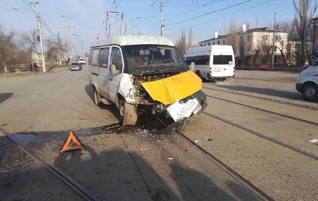 На юге Волгограда маршрутка протаранила автобус
