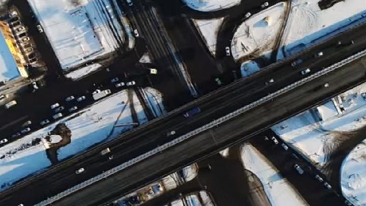 Волгоградцы посмотрели свысока на тонущую в пробках дорогу
