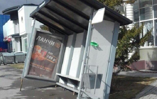Сильный ветер повредил в Тюмени автобусные остановки и крышу пятиэтажки
