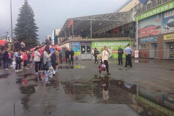 Сотрудники автовокзала старались помочь пассажирам, предлагая альтернативные варианты отбытия