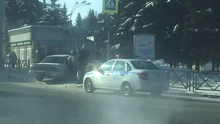 В Ярославле иномарка улетела в остановку с людьми