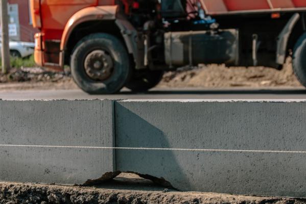 С июня специалисты хотели приступить к заливке бетонного основания дороги