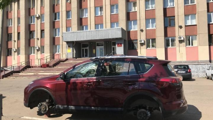 90-е вернулись: под окнами администрации в Ярославле оставили без колёс внедорожник