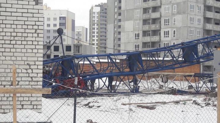 Появились фотографии с ЧП: на стройке в Южном городе сложился кран