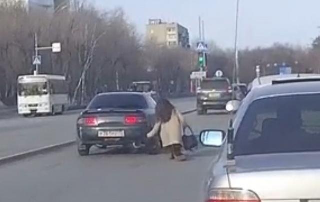 Тюменка, решившая перебежать улицу Мельникайте, врезалась в автомобиль