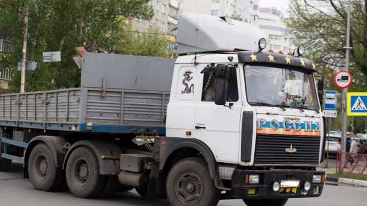 На трассе в Ярославской области водителя лесовоза раздавило собственной машиной