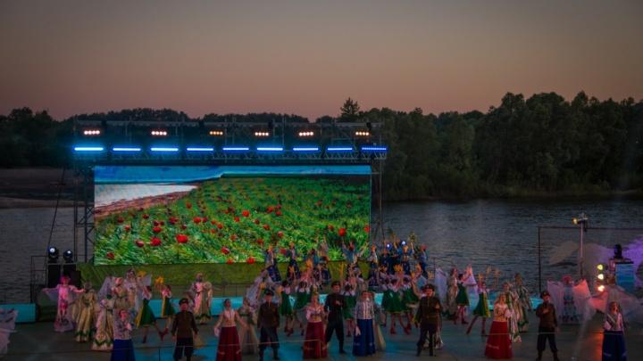 Бурный Дон, казачьи песни и фейерверк над рекой: в Вешенской отметили день рождения Михаила Шолохова