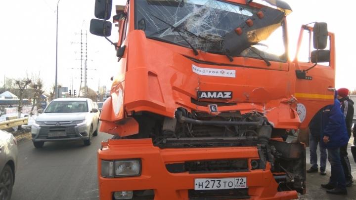Два КАМАЗа столкнулись на перекрестке 50 лет Октября и Чекистов: водитель — в больнице