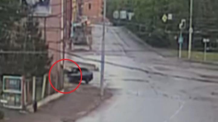 В Рыбинске «Лада» протаранила ворота пожарной части: видео