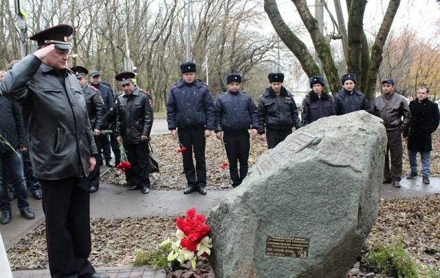 В Аксае установили мемориал полицейскому, погибшему в перестрелке с «бандой амазонок»