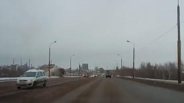 На Промышленном шоссе КАМАЗ улетел с моста