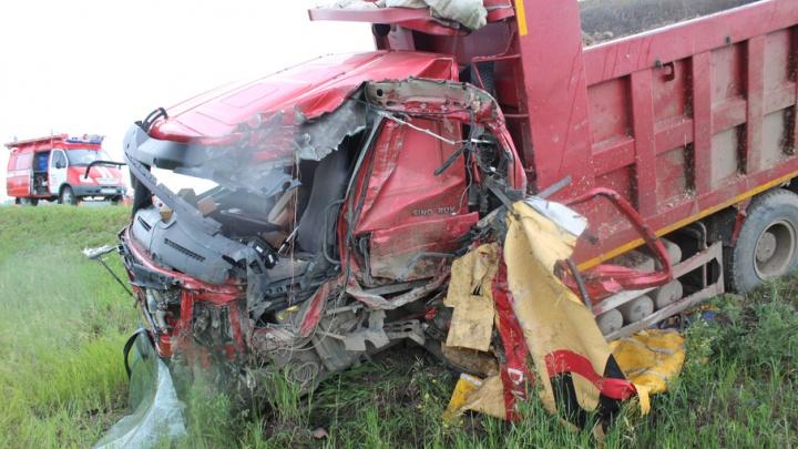 Кабина всмятку, кругом лук: на трассе в Челябинской области столкнулись два большегруза