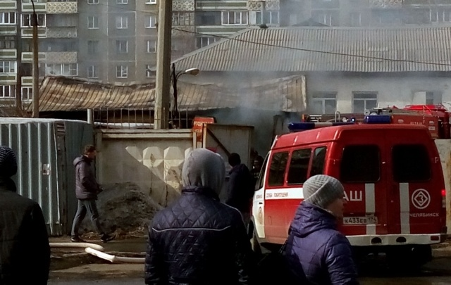 В Ленинском районе Челябинска чудом обошлось без взрыва на пожаре в автомастерской