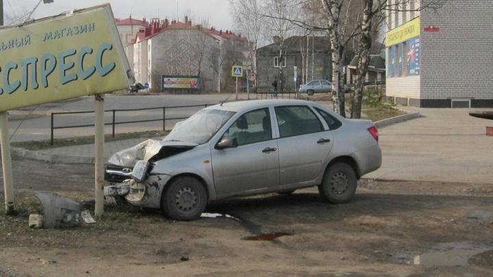 В Котласе пьяный гонщик, спасаясь от полиции, врезался в рекламный щит