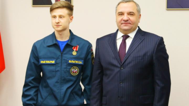 Школьника из Ростова-на-Дону наградили за спасение учеников из горящего лицея