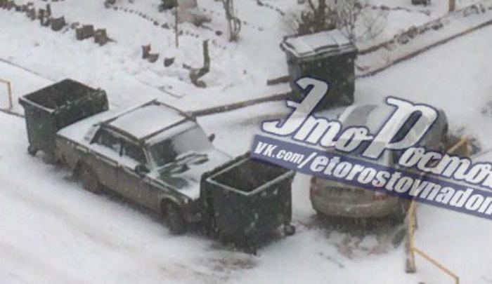 В Ростове жильцы многоэтажки отомстили водителю «Жигулей» за парковку с помощью мусорных жбанов