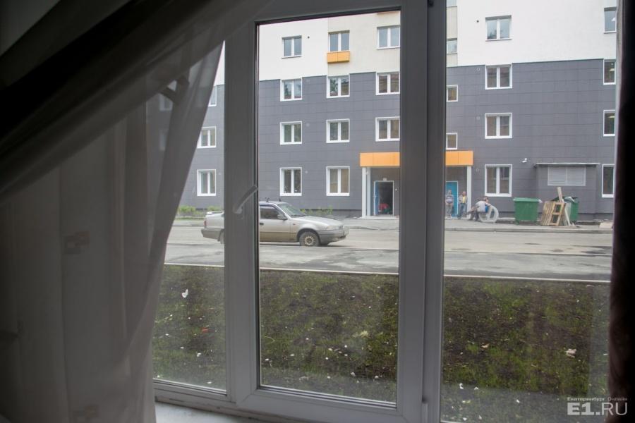 А из окна видно новую общагу.