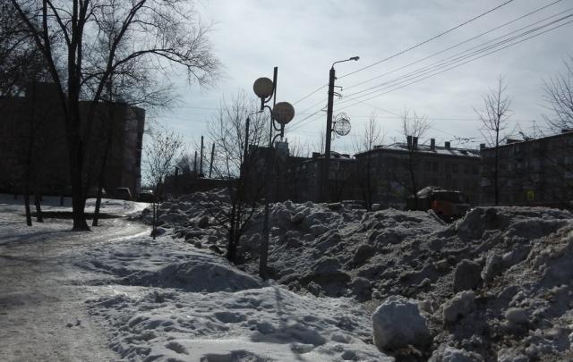 Челябинцы пожаловались на кучи грязного снега и испорченный газон на Алом Поле