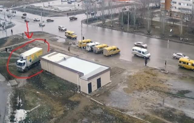 В Волжском грузовик сетевого магазина «вспахал» асфальт