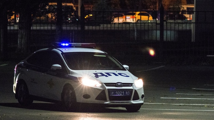 Автомобиль KIA Rio врезался в информационный щит на Шолохова