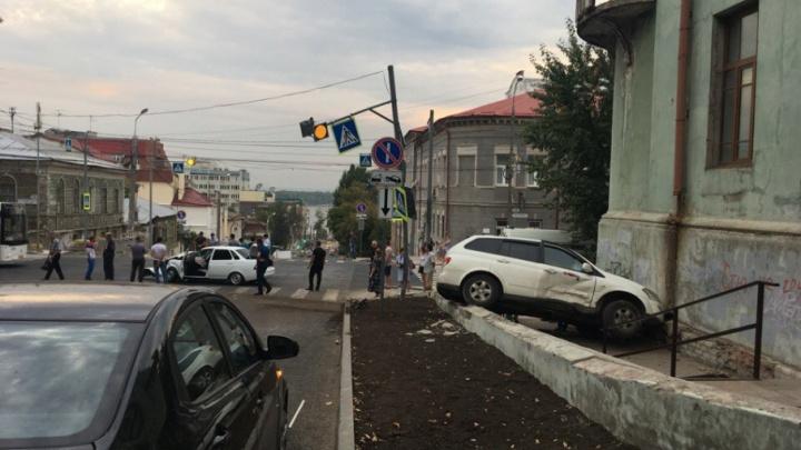В Самаре водитель SsangYong влетел в здание Реального училища после ДТП с «Приорой»