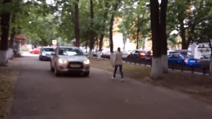 Автомобилисты устроили из пешеходного сквера автомагистраль