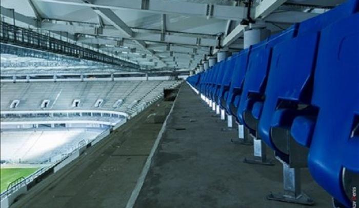 На строящемся стадионе «Ростов Арена» рабочие устанавливают кресла