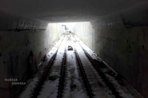 Сейчас рабочие укладывают шпалы в тоннеле