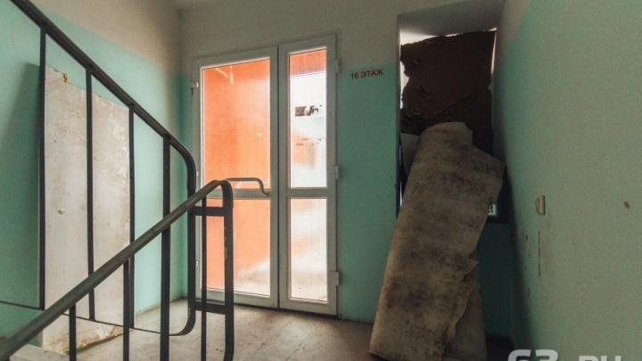 «За что мы платим?»: жители Самарской области считают свои подъезды грязными