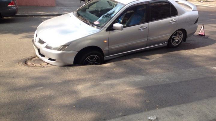 «Схалтурили на Халтуринском»: в Ростове водитель Mitsubishi угодил в яму на дороге