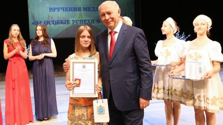 В Самарской области 1924 выпускника школ получат медали и наручные часы за отличную учебу