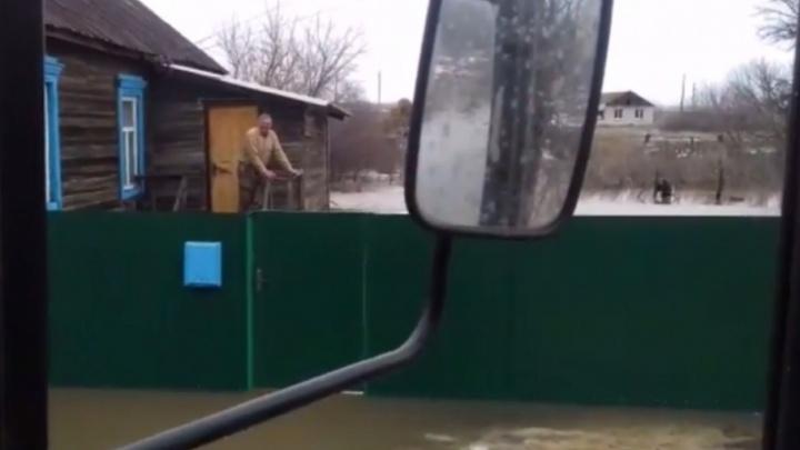 В селе под Волгоградом большая вода заперла в домах сотни человек