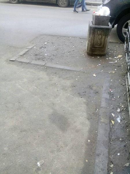 Отсутствующие ограждения газона на Ленинском проспекте у дома 67