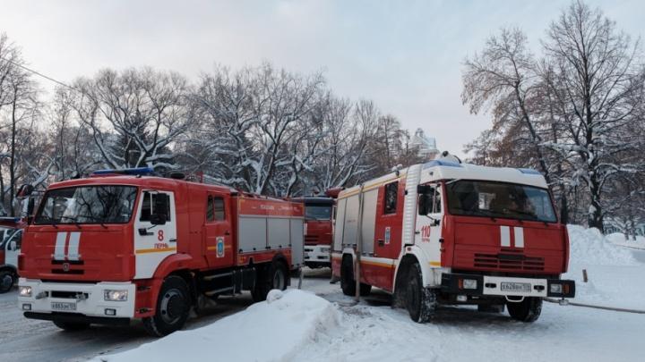 Вывели по лестнице в масках: пермские пожарные спасли из горящей квартиры пять человек