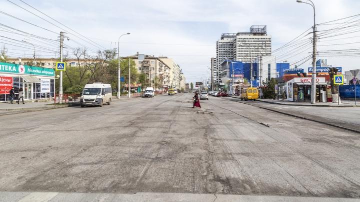 В центре Волгограда ямы и выбоины срезали вместе с асфальтом улицы Краснознаменской