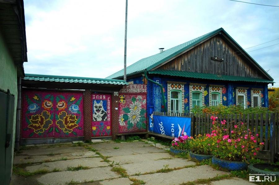 Пробками украшен и дом, и ворота, и даже адрес и надпись «Злая собака» выложены ими
