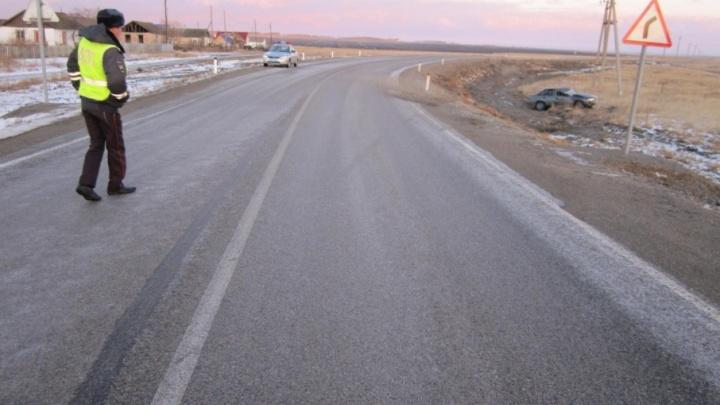 Иномарка вылетела в кювет с обледенелой трассы на Южном Урале