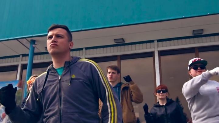 Сам Feduk заценил: на субботнике в ялуторовском кинотеатре сняли клип-пародию на песню «Моряк»