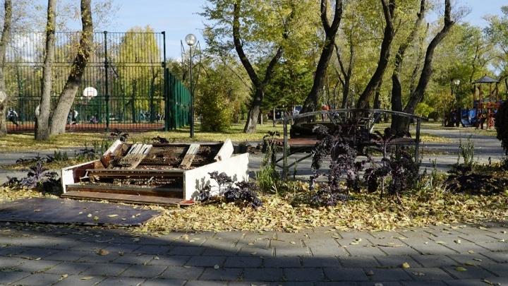 В Комсомольском сквере вандалы разгромили арт-объект «Музыкальная фантазия»