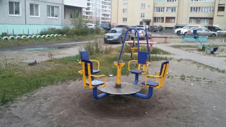 В Архангельске девочка получила перелом на детской площадке