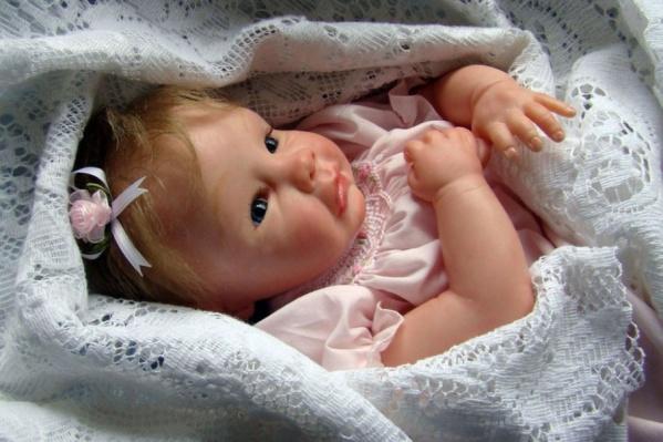 Если вы друг сомневаетесь, рассказываем: на фото - кукла, очень похожая на настоящего ребёнка