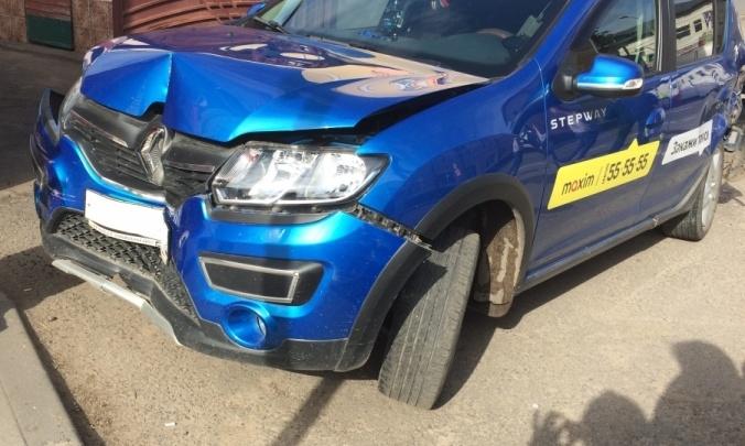 В Ярославской области в тройном ДТП с такси пострадал мужчина