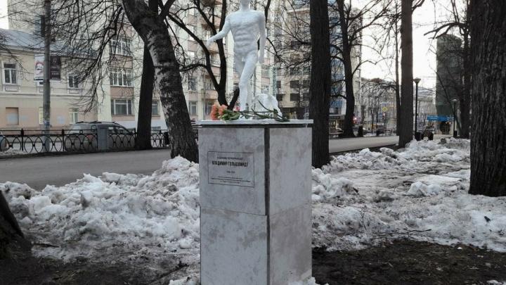 «Устроил первые перформансы»: в Перми открыли памятник поэту-футуристу Владимиру Гольцшмидту