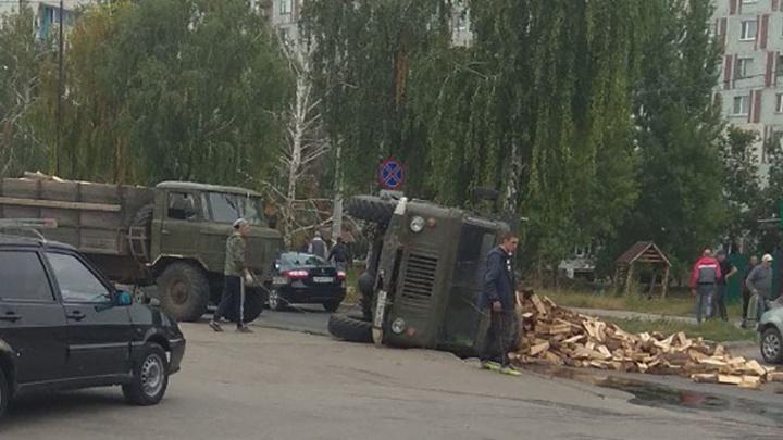 В Самаре на пересечении Ташкентской и Стара-Загоры перевернулся грузовик с дровами