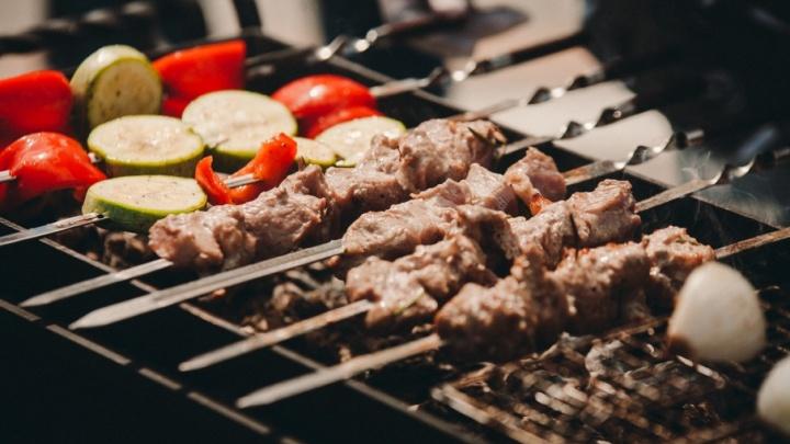 Из рыбы, мяса, овощей и с мармеладом: узнаём секреты шеф-повара и записываем рецепты шашлыка от известных тюменцев