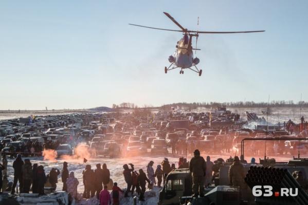 Ми-2 «завис» над парковкой