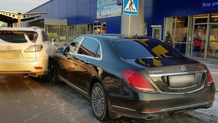 Очень дорогое ДТП: тюменские водители на Maybach и Lexus столкнулись на парковке магазина